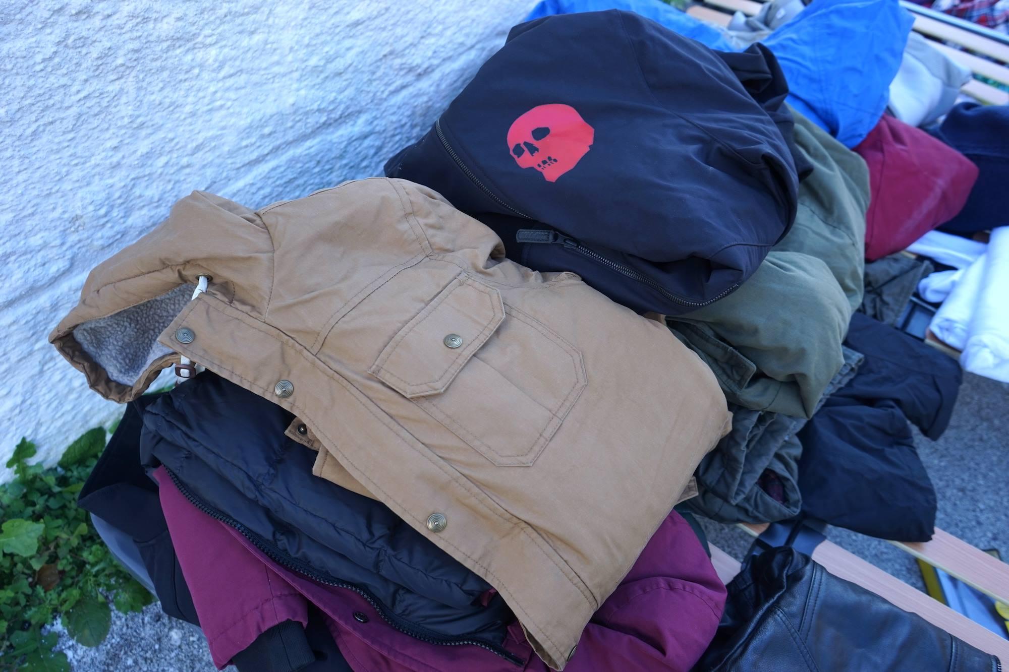 Rézolog, expert de la logistique dans la région d'Annecy, aide l'association Riders for Refugees à transporter les vêtements chauds collectés.